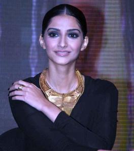 Sonam_Kapoor_at_launch_of_Kingfisher_Calendar_Girl_Hunt_2012jpg_21_yywni